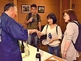 酒蔵で日本酒の飲み比べを楽しむ参加者
