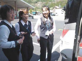 研修を受けるフィリピン出身の野村さん(右)、川上さん(中央)