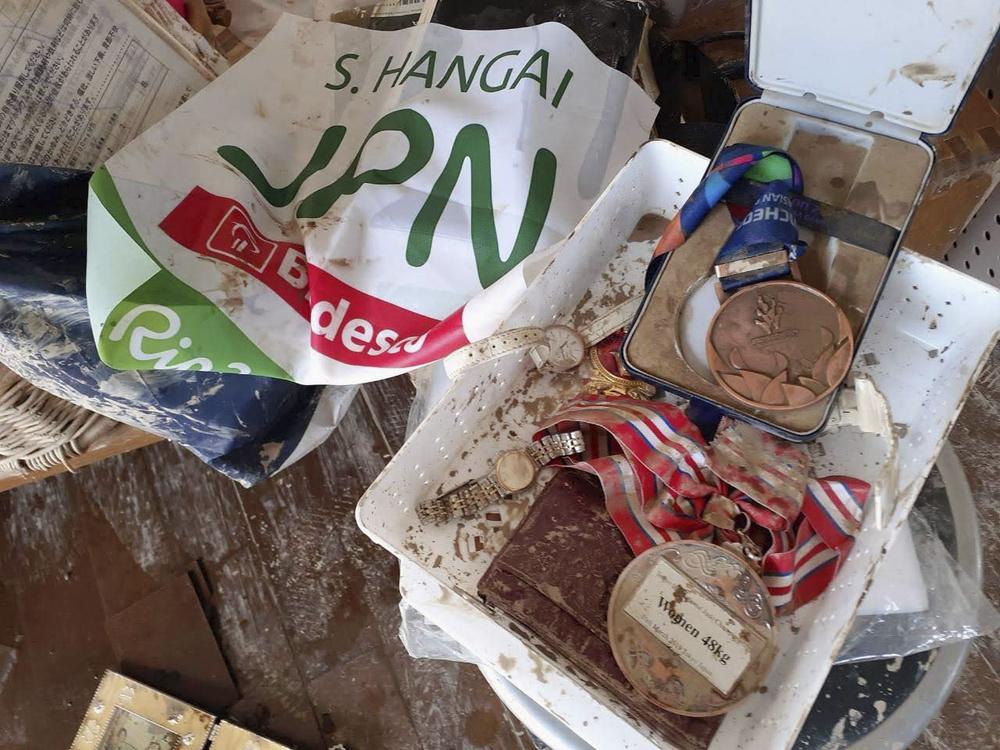 浸水した実家で泥の中から見つかった半谷静香選手のメダルなど(家族提供)