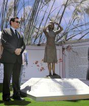 14日、台湾南部、台南市内で除幕された従軍慰安婦問題を象徴する銅像と、国民党の馬英九前総統(共同)