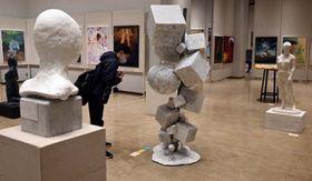 高校生の熱意がこもった作品が並ぶ美術工芸展会場=盛岡市内丸