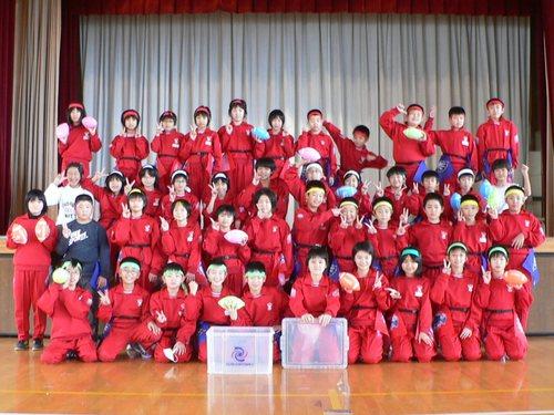 日本フラッグフットボール協会はこれまで日本全国千校以上の小学校に無償でフラッグの教具を提供している=写真提供:日本フラッグフットボール協会