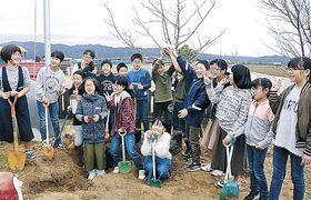卒園記念で埋めたタイムカプセルを掘り起こした児童=羽咋市のとき保育園