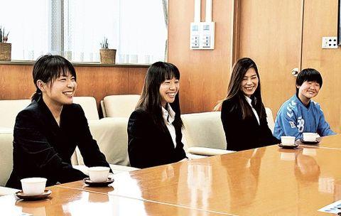 笑顔で今季の意気込みを語る選手ら=磐田市役所