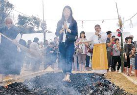 炭の上を歩く「火渡り」で心身を清める参拝者=津幡町竹橋の倶利迦羅不動寺西之坊鳳凰殿