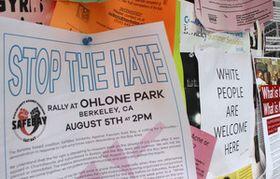 キャンパスの掲示板。反ヘイト集会の告知チラシ(左)の隣に「ここは白人歓迎」の張り紙があった