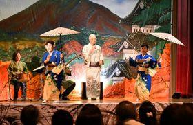 民謡や手踊りで会場を沸かせる出演者