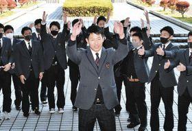 祝福を受けて喜ぶ笠島投手(中)=敦賀市の敦賀気比高で