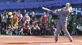 選手のバッティングを間近で見学する児童ら=いずれも横浜市中区で