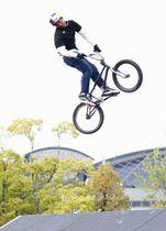 BMXフリースタイル・パーク男子の決勝で、技を披露する2位の中村輪夢=広島市