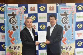 連携協定を結んだ西都市の押川修一郎市長(右)とJA西都の平島善範組合長