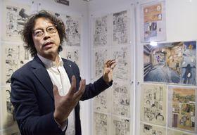 作品展の内覧会で、直筆原画の前で話す浦沢直樹さん=22日、米ロサンゼルス・ハリウッド(共同)