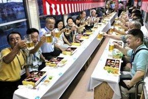 ジョッキを手に盛り上がる「ビール列車」の乗客ら=2016年7月、小野市内