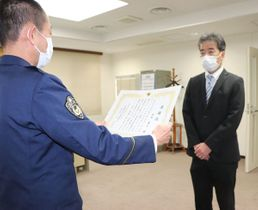 田辺署の洞署長(左)から感謝状を贈られる松本さん=京田辺市興戸・同署