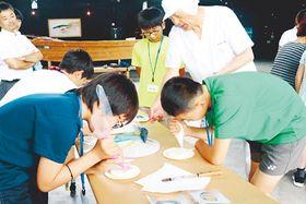 かまぼこの絵付けを体験する横浜市の中学生ら