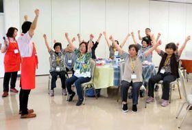 市高宮支所で初めて開いたカフェで、リズムに合わせて体操をする参加者