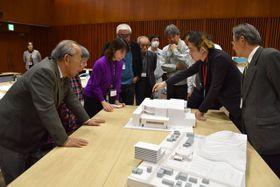 模型も使いながら意見交換する野口遵記念館建設の市民ワークショップ参加者