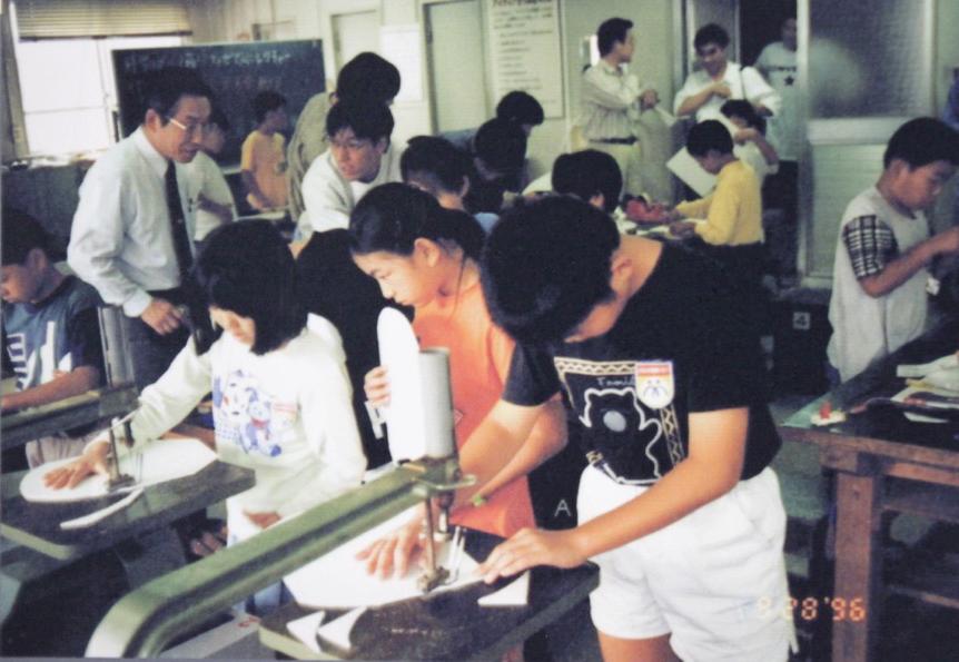 20年前はボードの型を切ることから始めました(1996年9月28日、愛知県刈谷市)
