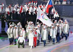 平昌パラリンピックの開会式で入場行進する、ロシアから個人資格の「中立のパラリンピック選手」として参加した選手たち(手前)=2018年3月9日(共同)