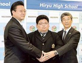 伊勢ケ浜親方(左)らと握手を交わす大桑(中央)=沼津市内