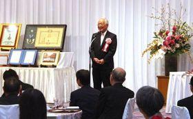 祝賀会であいさつする岡田氏