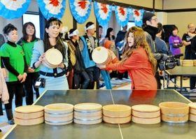 コスプレ姿で熱戦を繰り広げる「全国桶ット卓球大会」の参加者たち=2月、こんだ薬師温泉ぬくもりの郷(撮影・中西幸大)