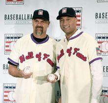 記念撮影する、米国野球殿堂入りが決まったラリー・ウォーカー氏(左)とデレク・ジーター氏=22日、ニューヨーク(USA TODAY・ロイター=共同)