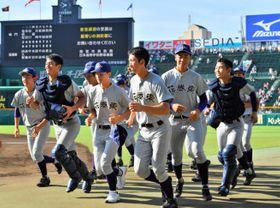 昨夏の甲子園に出場した花巻東高の男子硬式野球部。女子野球部も男子と同じユニホームで日本一を目指す