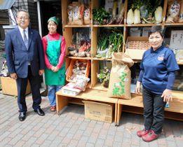 農産物を贈った熊田さん(右)。左から川本副理事長、山本さん