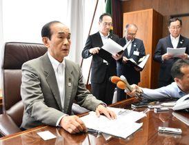飛行再開容認の考えを示す小桧山吉紀市長(左)=20日、三沢市役所