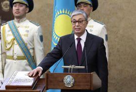 20日、カザフスタンのアスタナで、新大統領就任を宣誓するトカエフ氏(ロイター=共同)