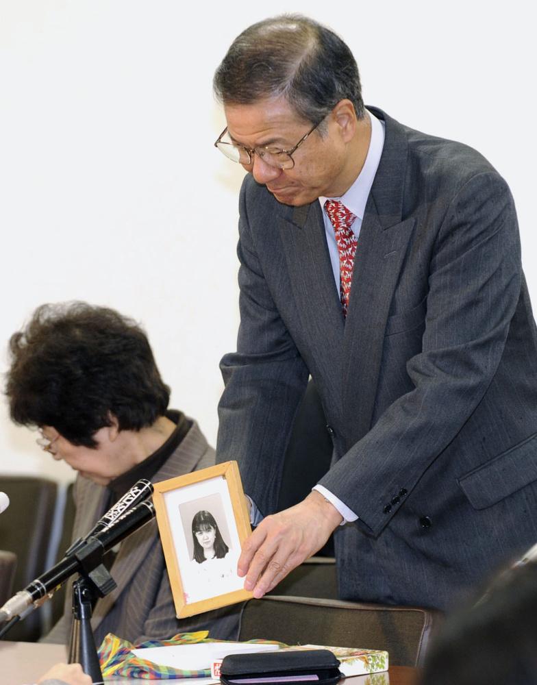 1996年に殺害された上智大生小林順子さんの遺影を手にする父賢二さん。公訴時効を廃止する改正刑事訴訟法が成立、「多くの遺族が報われた」と語った=2010年4月27日、参院議員会館