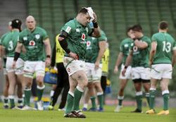 負傷してピッチを出るアイルランドのラグビー選手(ロイター=共同)