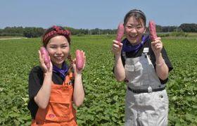 焼き芋のPV撮影に訪れた「ハッピース」の並木芋子さんと紅みなんちゅさん(左から)=鉾田市野友