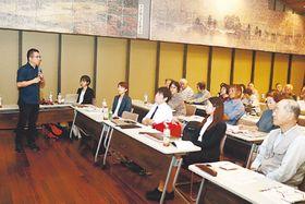 アズマダチ住宅新築の過程について説明する小林京都大大学院教授