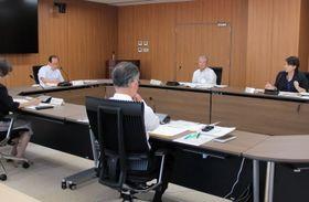 教職員の勤務状況などについて確認した総合教育会議=佐世保市役所