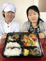 野菜をふんだんに盛り込んだ弁当を手にする岡本昌子さん(左)と尚子さんの姉妹