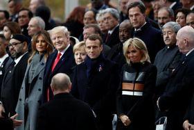 11日、パリの凱旋門の式典会場に到着したロシアのプーチン大統領(手前)。中央はフランスのマクロン大統領、左から3人目はトランプ米大統領(ロイター=共同)