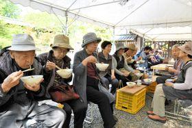 「ヒャッカうどん」を味わう参拝客ら=三豊市山本町、大興寺