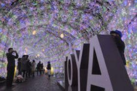 イルミネーション40万個点灯 洞爺湖 きらめくトンネル、歓声響く