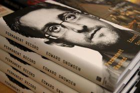 書店店頭に積まれたエドワード・スノーデン容疑者の著書「パーマネント・レコード」=17日、サンフランシスコ(ゲッティ=共同)