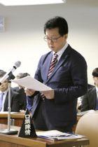 新潟県議会の委員会で意見陳述をする男子生徒の父佐々木正さん=13日、新潟市