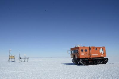雪面を走るSM100S型雪上車
