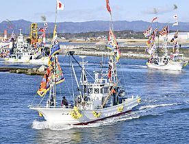 7年ぶりの出初め式で大漁旗をなびかせ沖へと向かう漁船=2日、浪江町・請戸漁港