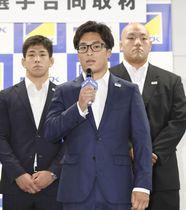 記者会見で意気込みを語るレスリングの太田忍。左は屋比久翔平、右は園田新=12日午後、東京都港区