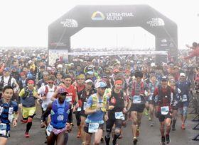 静岡県から山梨県を結ぶ富士山麓を走破する「ウルトラトレイル・マウントフジ」でスタートする参加者=26日正午、静岡県富士市