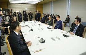 首相官邸で開かれた皇位継承に関する式典委員会=21日午前