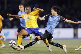 川崎―仙台 後半、チーム2点目のゴールを決める川崎・三笘(右)=等々力(共同)