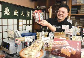 「老舗亀まん」で洋菓子を販売する平沢さん
