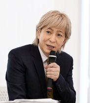 記者会見で音楽活動からの引退を表明する音楽家の小室哲哉さん=19日午後、東京都港区